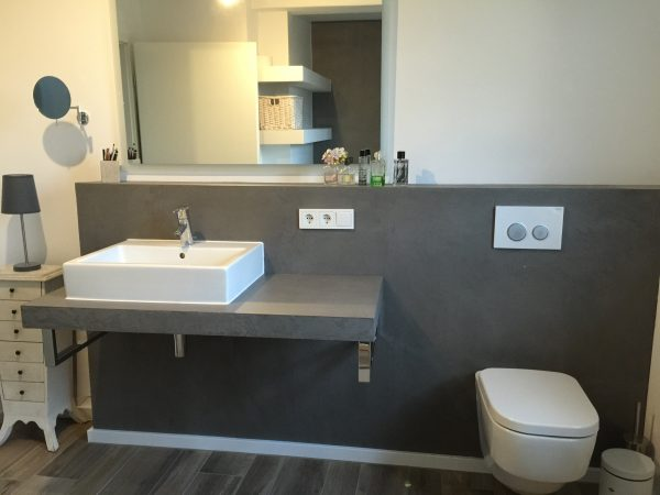 Waschablage mit Handwaschbecken und WC auf Beton Ciré-Basis.