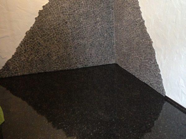 Künstlerische Naturstein-Kombination an Wand und Fußboden